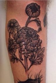 黑灰菊花纹身男生小腿上黑色的菊花纹身图片