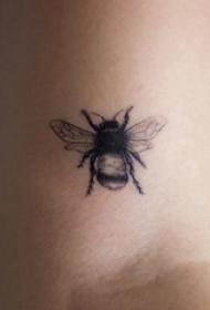 女生手臂上黑色点刺技巧简单线条小动物蜜蜂纹身图片