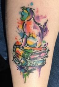 女生小腿上彩绘渐变简单抽象线条小动物和书籍纹身图片