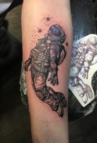 男生手臂上黑灰素描点刺技巧宇航员纹身图片