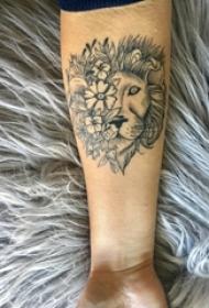 男生手臂上黑灰点刺简单线条植物花朵和狮子拼接纹身图片