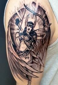 男生手臂上黑灰素描点刺技巧创意肖像翅膀纹身图片