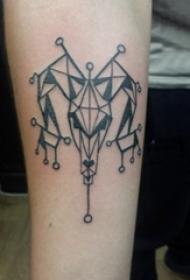 男生手臂上黑色线条素描创意有趣牛头纹身图片