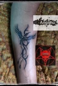 男生手臂上黑色线条素描文艺霸气凤凰纹身图片