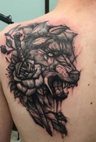 男生后背上黑色点刺简单抽象线条花卉和狼纹身图片