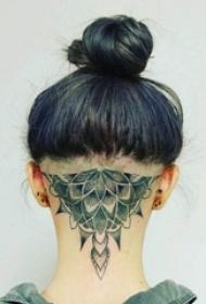 女生头部黑色点刺简单线条植物花朵纹身图片
