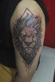 男生大臂上黑色点刺简单抽象线条动物狮子纹身图片