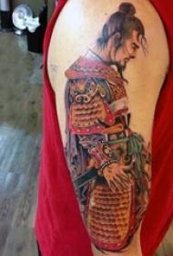男生大臂上彩绘渐变简单线条人物肖像武士纹身图片