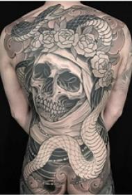 男生背部黑灰素描点刺技巧满背骷髅霸气纹身图片