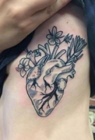 男生侧腰上黑色点刺简单线条心脏和花朵纹身图片