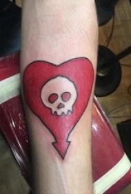 男生手臂上彩绘水彩素描创意骷髅心形纹身图片