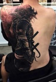 男生后背上黑色点刺简单线条人物肖像武士纹身图片