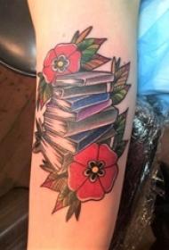 女生手臂上彩绘几何简单线条植物花朵和书籍纹身图片