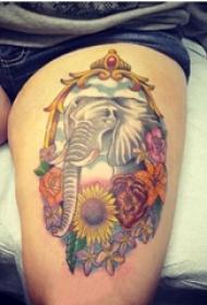 大象纹身女生大腿上大象和花朵纹身图片