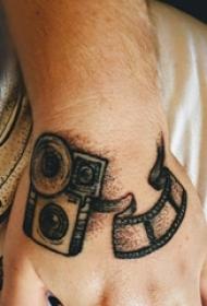 男生手背上黑灰素描点刺技巧文艺相机复古纹身图片