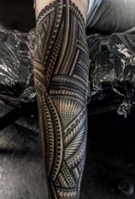 花臂纹身男生手臂上的线条花臂纹身图片