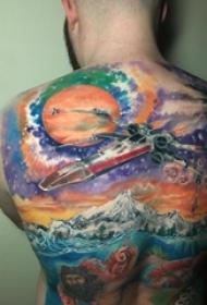 男生后背上彩繪漸變大面積山水風景和宇宙紋身圖片