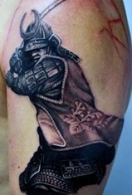 男生手臂上黑色点刺技巧简单线条人物武士纹身图片