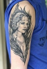 男生手臂上黑色点刺抽象线条羽毛和人物肖像纹身图片