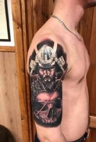 男生手臂上黑灰素描点刺技巧霸气武士战士纹身图片