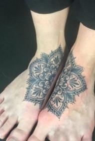 女生脚背上黑色点刺简单线条植物花朵纹身图片