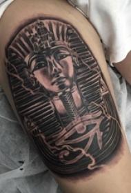 男生大腿上黑灰素描点刺技巧经典传统纹身图片