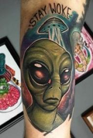 男生手臂上彩绘渐变星空元素飞碟和外星人纹身图片