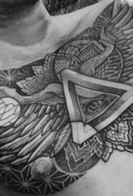 男生胸部黑色点刺简单线条翅膀和上帝之眼纹身图片