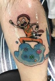 男生小腿上彩绘渐变几何线条卡通云朵和人物纹身图片