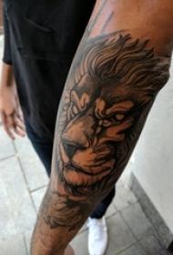 男生手臂上黑色点刺简单抽象线条动物狮子纹身图片