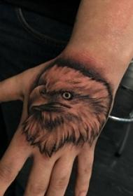 男生手背上黑灰素描点刺技巧霸气老鹰纹身图片