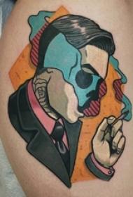 男生小腿上彩绘几何线条骷髅和人物肖像拼接纹身图片