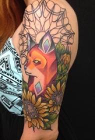 女生手臂上彩绘渐变几何简单线条植物向日葵和狐狸纹身图片