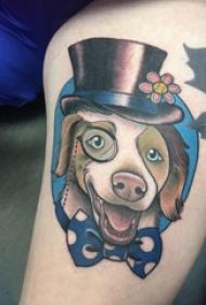 男生手臂上彩绘简单线条蝴蝶结和小动物狗纹身图片