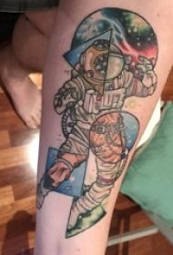 男生手臂上彩绘渐变几何简单线条星球和宇航员纹身图片