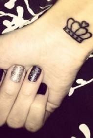 女生手腕上黑色线条文艺皇冠纹身图片