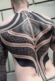 男生背部黑灰素描点刺技巧创意几何图腾满背纹身图片