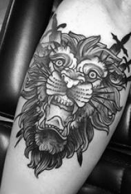 狮子头纹身图片小腿上黑色双剑刺入狮子头纹身图片