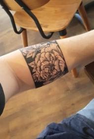 男生手臂上黑色点刺几何线条植物花朵臂环纹身图片