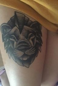 女生大腿上黑灰素描点刺技巧霸气狮子纹身图片