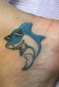 女生脚踝上彩绘简单线条卡通小动物鲨鱼纹身图片