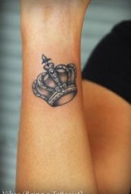 女生手腕上黑灰素描点刺技巧文艺唯美皇冠纹身图片