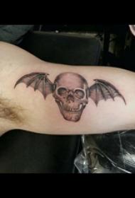 男生大臂上黑灰点刺简单线条骷髅和翅膀纹身图片