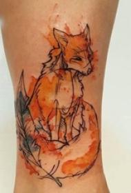 女生小腿上彩绘泼墨简单抽象线条羽毛和狐狸纹身图片