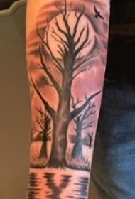 男生手臂上黑色点刺几何抽象线条月亮和植物树纹身图片