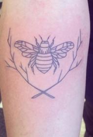 小蜜蜂纹身 男生大臂上树枝和蜜蜂纹身图片