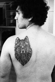 后背纹身男 男生后背上黑色的狼头纹身图片