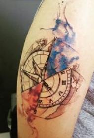 纹身指南针 男生大臂上彩绘指南针纹身图片