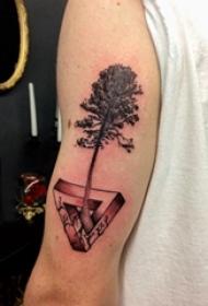 手臂纹身素材 男生手臂上大树和三角形纹身图片