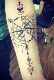 手臂纹身素材 男生手臂上黑色的指南针纹身图片